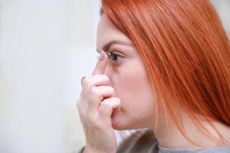 Nosisz soczewki kontaktowe? Na czas pandemii koronawirusa lepiej przerzuć się na okulary!